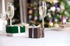 Weihnachtsgeschenke mit Weihnachtsbaum auf Hintergrund Stockbilder