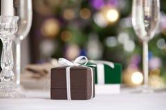 Weihnachtsgeschenke mit Weihnachtsbaum auf Hintergrund Stockfoto