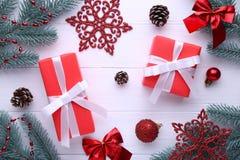 Weihnachtsgeschenke stellt sich mit Dekorationen auf einem weißen Hintergrund dar stockfotos