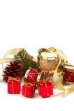 Weihnachtsgeschenke, Trommeln, Kieferkegel Stockfotografie