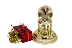 Weihnachtsgeschenke und -borduhr Lizenzfreie Stockfotografie