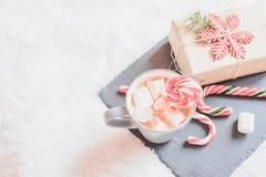 Weihnachtsgeschenke und coffie mit Eibisch Stockfotografie