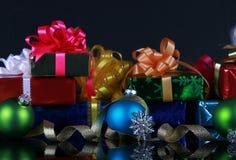 Weihnachtsgeschenke und Dekorationen stockfotos