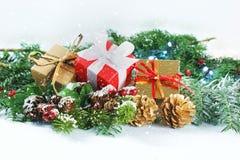 Weihnachtsgeschenke und -dekorationen mit Schneeüberlagerung Lizenzfreies Stockbild