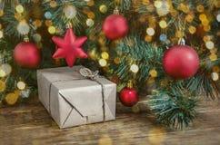 Weihnachtsgeschenke und ein Weihnachtsbaum Lizenzfreies Stockfoto