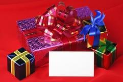 Weihnachtsgeschenke und eine Karte Stockfoto