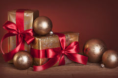 Weihnachtsgeschenke und -flitter Stockfoto
