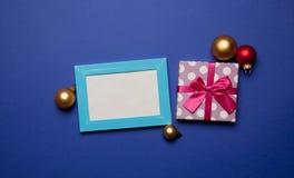 Weihnachtsgeschenke und Fotorahmen Stockfotografie