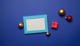 Weihnachtsgeschenke und Fotorahmen Stockfotos