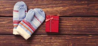 Weihnachtsgeschenke und -handschuhe Lizenzfreie Stockfotos