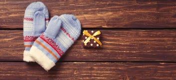 Weihnachtsgeschenke und -handschuhe Stockfotografie