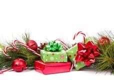 Weihnachtsgeschenke und Kieferzweig Stockfoto