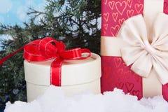 Weihnachtsgeschenke und Kieferzweig. Geschenk des neuen Jahres lizenzfreie stockfotos