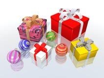 Weihnachtsgeschenke und -kugeln Stockfoto