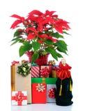 Weihnachtsgeschenke und Poinsettia Stockfoto