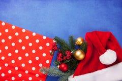 Weihnachtsgeschenke und -serviette Stockfotografie
