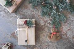 Weihnachtsgeschenke und Teddybär Stockbild