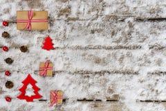 Weihnachtsgeschenke und -verzierung auf Schnee Lizenzfreie Stockfotografie