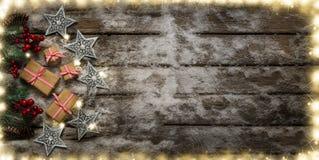Weihnachtsgeschenke und -verzierung auf Schnee Stockfoto