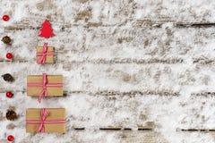 Weihnachtsgeschenke und -verzierung auf Schnee Stockbild