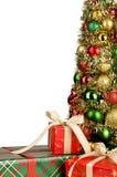 Weihnachtsgeschenke und Weihnachtsbaum Stockfotografie