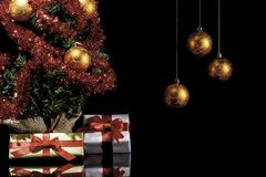 Weihnachtsgeschenke und Weihnachtsbaum II lizenzfreie stockbilder