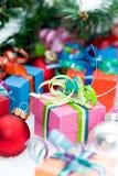 Weihnachtsgeschenke unter Baum Lizenzfreies Stockbild