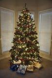 Weihnachtsgeschenke unter Baum. Stockbilder