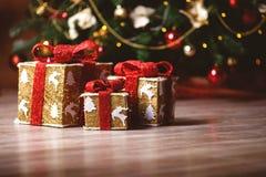 Weihnachtsgeschenke unter dem Baum lizenzfreie stockfotografie