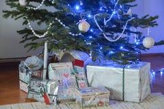 Weihnachtsgeschenke unter dem Baum Stockfotografie