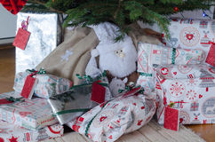 Weihnachtsgeschenke unter dem Baum Stockfoto