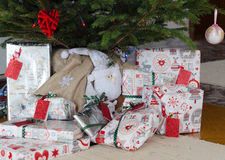 Weihnachtsgeschenke unter dem Baum Lizenzfreie Stockbilder
