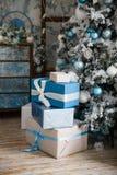 Weihnachtsgeschenke unter dem Weihnachtsbaum mit Dekorationen morgens Stockbild