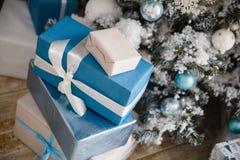 Weihnachtsgeschenke unter dem Weihnachtsbaum mit Dekorationen morgens Lizenzfreie Stockfotografie