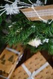 Weihnachtsgeschenke unter dem Weihnachtsbaum mit Dekorationen morgens Lizenzfreies Stockfoto