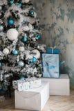 Weihnachtsgeschenke unter dem Weihnachtsbaum mit Dekorationen morgens Stockfotografie