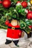 Weihnachtsgeschenke unter einem Tannenbaum Stockfoto