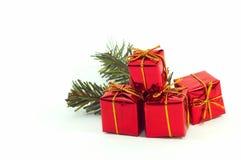 Weihnachtsgeschenke, Verzierungen auf weißem Hintergrund Stockbilder