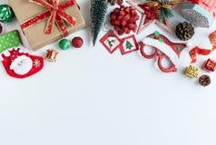 Weihnachtsgeschenke, Verzierungen und Dekorationssammlung auf weißem b stockfotos