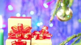 Weihnachtsgeschenke werden auf blaue Hintergründe gerichtet und verwischt stock footage