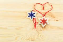 Weihnachtsgeschenke, zwei creamic Schneeflocken auf dem woodden backgroun Stockfotografie