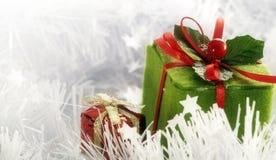Weihnachtsgeschenkkästen auf weißem verzierenfarbband Stockbilder