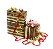 Weihnachtsgeschenkkästen getrennt auf Weiß stockbilder