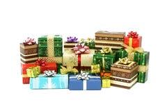 Weihnachtsgeschenkkästen getrennt auf Weiß stockfoto