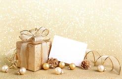 Weihnachtsgeschenkkasten mit Weihnachtskugeln Stockfoto