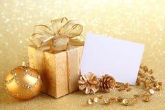 Weihnachtsgeschenkkasten mit Weihnachtskugeln Lizenzfreies Stockfoto