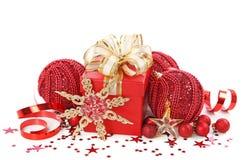Weihnachtsgeschenkkasten mit Weihnachtskugeln Lizenzfreies Stockbild