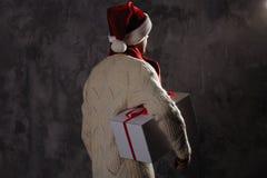 Weihnachtsgeschenkkonzept Mann in Sankt-Hut holen Geschenk für Sie ATT lizenzfreies stockbild
