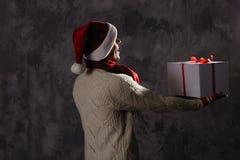 Weihnachtsgeschenkkonzept Mann in Sankt-Hut holen Geschenk für Sie ATT stockbilder