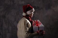 Weihnachtsgeschenkkonzept Mann in Sankt-Hut holen Geschenk für Sie ATT lizenzfreies stockfoto